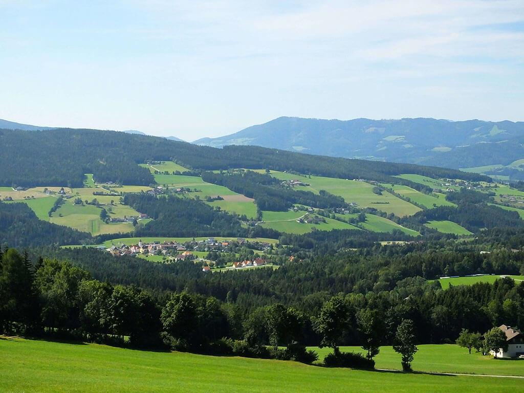 Blick auf Dorf - Die Oststeiermark